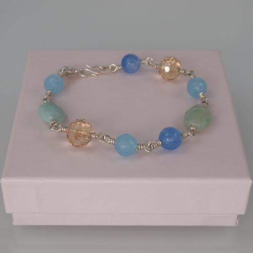"Armbånd med ædelsten og krystaller, ""Baby blue eyes"", i guld, sølv og oxideret sølv"