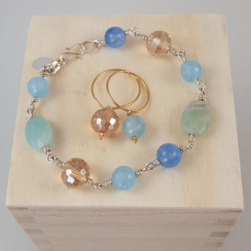 "Armbånd og ring med ædelsten og krystaller, ""Baby blue eyes"", i guld, sølv og oxideret sølv"