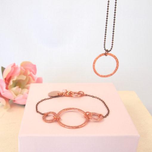"""""""Hibiscus"""" -armbånd og halskæde i kobber med ædelsten"""