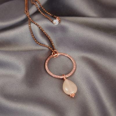 """""""Hibiscus pearl""""- Halskæde i kobber med ædelsten"""