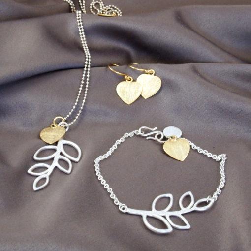 """""""B-leaves in Peace""""- Halskæde, øreringe og armbånd i sølv og guld"""