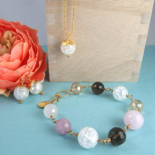 """""""Peach blossom"""" -Armbånd og """"Snowdrop""""-halskæde og øreringe med ædelsten og krystaller, i guld, sølv og oxideret sølv"""