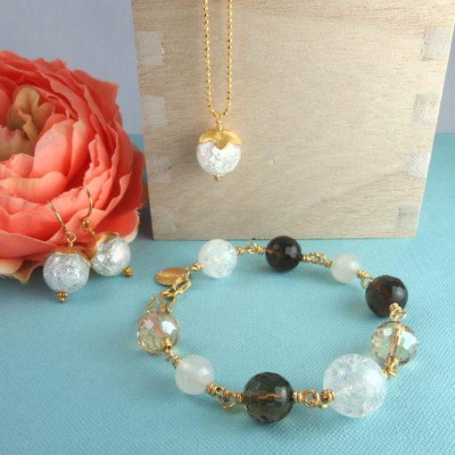 """""""Peace lily"""" -Armbånd og """"Snowdrop""""-halskæde og øreringe med ædelsten og krystaller, i guld, sølv og oxideret sølv"""