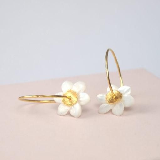 Øreringe (creoler), med hvid perlemorsblomst, i guld, sølv og oxideret sølv, Gardenia