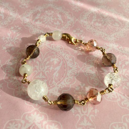 "Armbånd med ædelsten og krystaller, ""Peace Lily"", i forgyldt sølv, sølv og oxideret sølv -Foto"