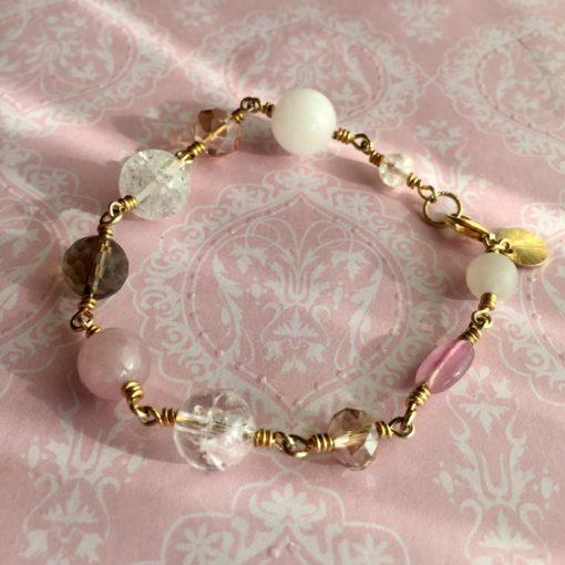 """Armbånd med ædelsten og krystaller, """"Wild rose"""", i forgyldt sølv, sølv og oxideret sølv -Foto"""