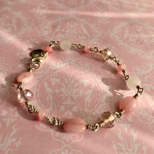"""Armbånd med ædelsten og krystaller, """"Cherry blossom"""", i forgyldt sølv, sølv og oxideret sølv -Foto"""