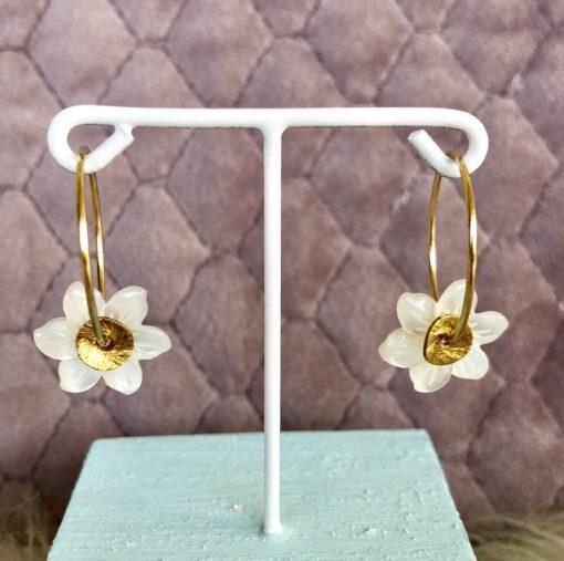 """Øreringe (hoops), med hvid perlemorsblomst, """"Gardenia"""" -Foto"""