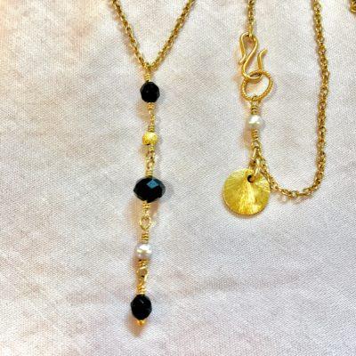 Halskæde med sort onyks og ferskvandsperle, i guld, sølv og oxideret sølv, -Foto