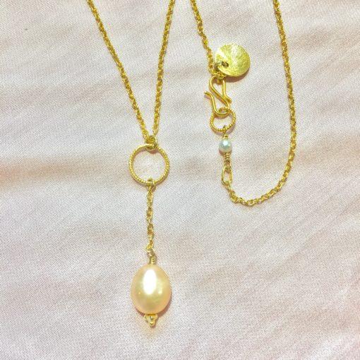 """Halskæde med stor ferskvandsperle, i guld, sølv og oxideret sølv, """"Pearl"""" -Foto"""