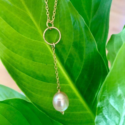 """Halskæde med stor ferskvandsperle, i forgyldt sølv, sølv og oxideret sølv, """"Pearl"""" -Foto"""