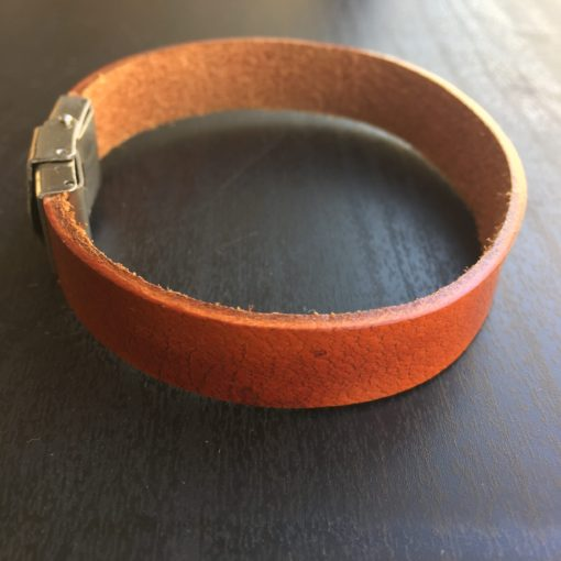 "Armbånd i cognacbrunt læder med stållås ""Dawn"" -Foto"