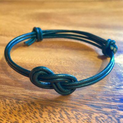 """Armbånd i sort læder med knude """"knot"""" -Foto"""
