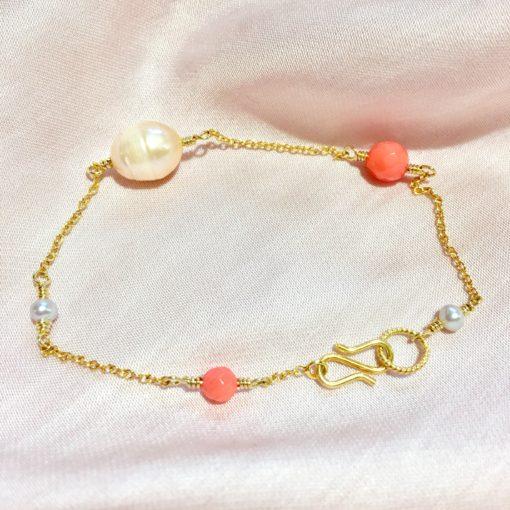 """Armbånd med koral og ferskvandsperler, i guld, sølv og oxideret sølv, """"Coral dream"""" -Foto"""