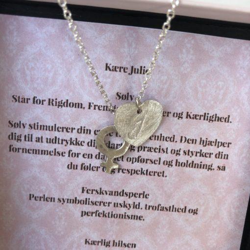 """Halskæde med Kvindetegn og hjerte """"Baby Love"""" - DÅBSGAVE -Foto"""