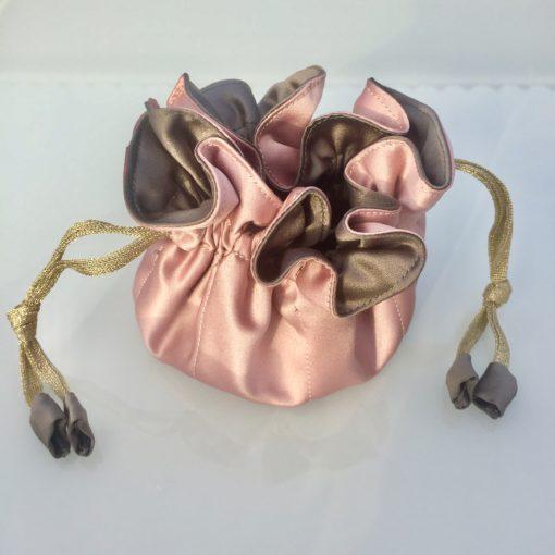 Luksuriøs smykkepose med 8 indre lommer, i farverne pudder og mørk grå -Foto