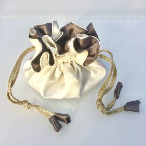 Luksuriøs smykkepose med 8 indre lommer i farverne naturhvid og mørk grå -Foto