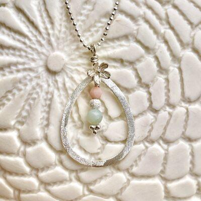 Halskæde med amazonit og koral, i sølv og oxideret sølv, Pastels