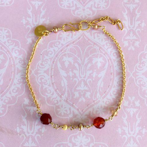 Håndlavede danske smykker. Armbånd i forgyldt sølv med perler.