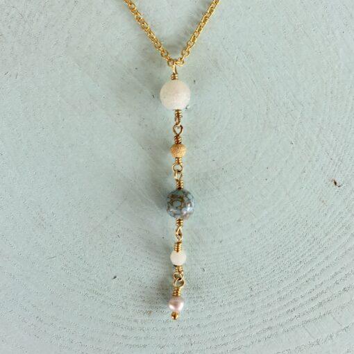 "Halskæde med blå ædelsten, i forgyldt sølv, sølv og oxideret sølv, ""Blue anemone"" -Foto"