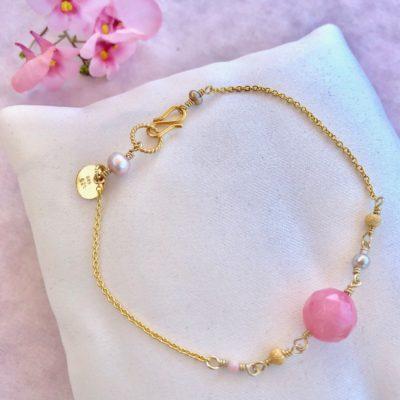 """Armbånd med sten og koral, i forgyldt sølv, sølv og oxideret sølv, """"In love with pink"""" -Foto"""