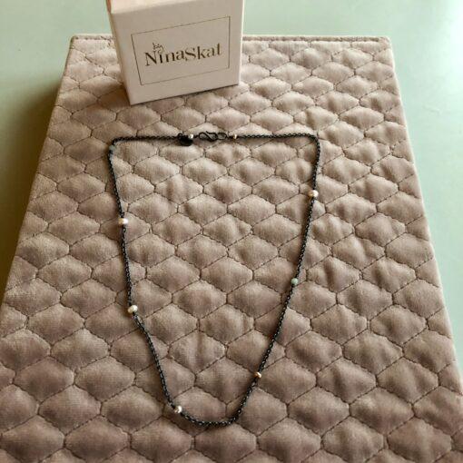 """Halskæde med små ferskvandsperler, i forgyldt sølv, sølv og oxideret sølv, """"Baby pearls"""" -Foto"""