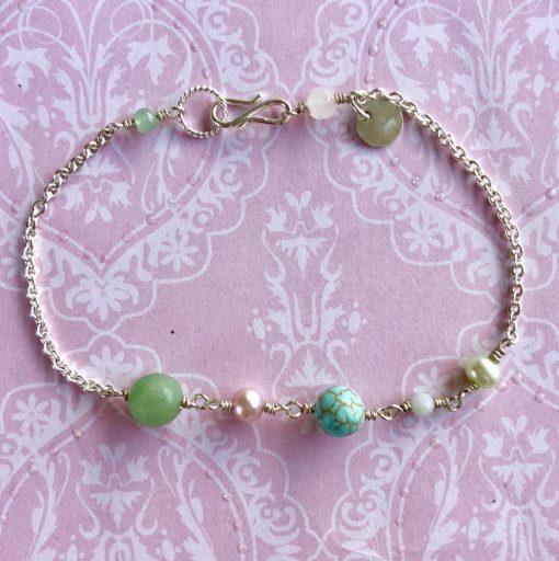 "Armbånd med grønne ædelsten, i forgyldt sølv, sølv og oxideret sølv, ""Green anemone"" -Foto"