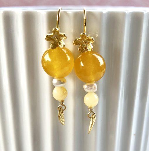 """Øreringe med gul jade og ferskvandsperle, i forgyldt sølv, sølv og oxideret sølv, """"Mini Yellow love"""" -Foto"""