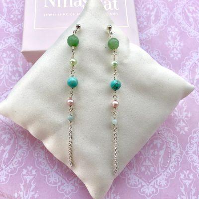 """Øreringe med grønne ædelsten, i forgyldt sølv, sølv og oxideret sølv, """"Green anemone"""" -Foto"""
