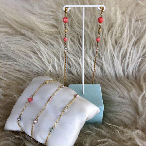 """Øreringe med koraller og perler, i forgyldt sølv, sølv og oxideret sølv, """"Coral reef studs"""" -Foto"""