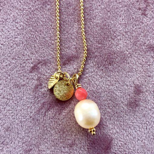 """Halskæde med stor ferskvandsperle og koral, i forgyldt sølv, sølv og oxideret sølv, """"Pearl and Coral"""" -Foto"""