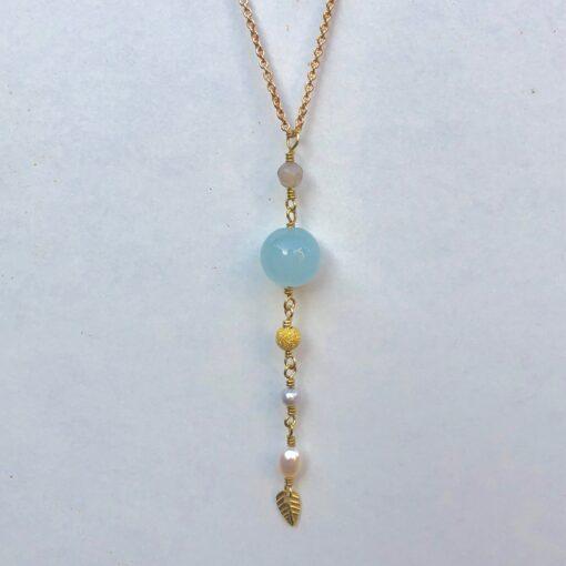 """Halskæde, med vedhæng af jade og perler """"Cool drops"""" -Foto"""