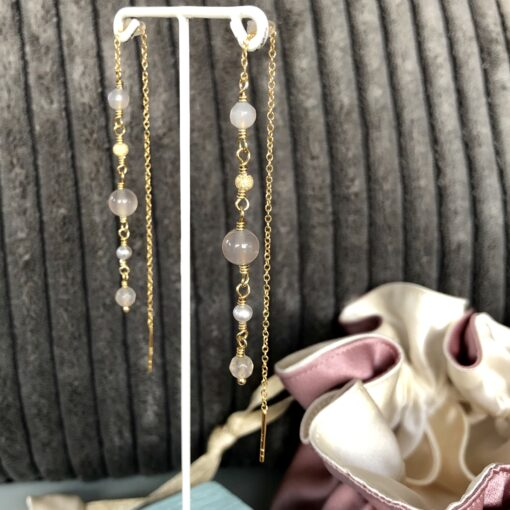 "Lange grå øreringe med ædelsten og perler ""Grey drops"" -Foto"